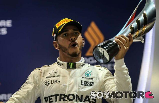 Lewis Hamilton celebra su victoria en Singapur - SoyMotor.com