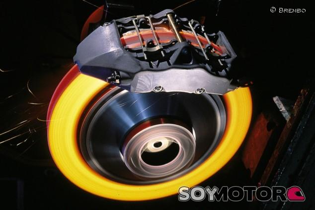 Un freno carbocerámico siendo sometido a una prueba a altas temperaturas - SoyMotor.com