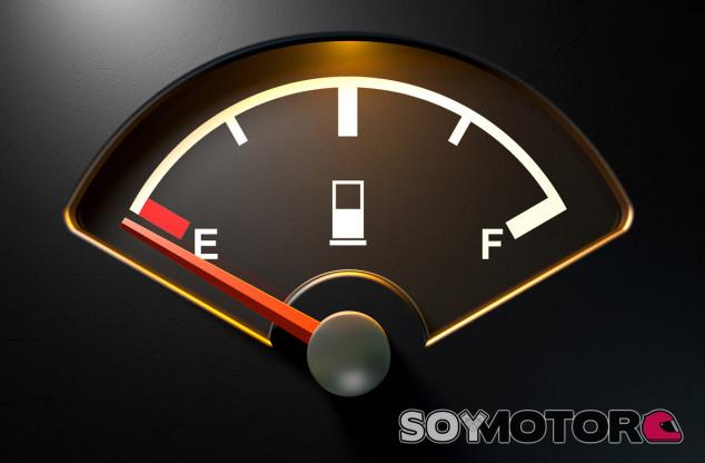 Verdades y mitos sobre conducir con la reserva del combustible