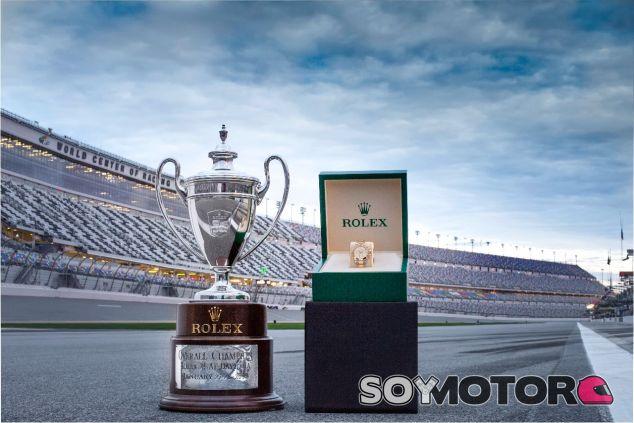 Trofeo y Rolex que se llevará el ganador de las 24h de Daytona de 2018 – SoyMotor.com