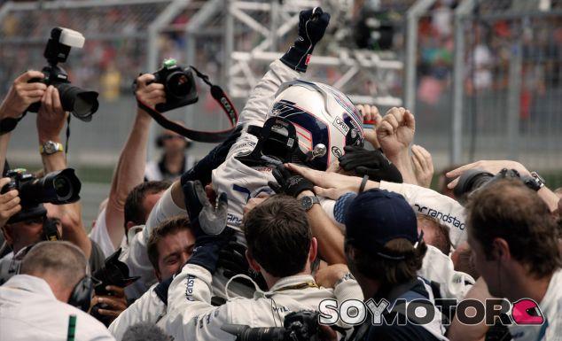 Valtteri Bottas celebra su podio con los mecánicos de Williams - LaF1