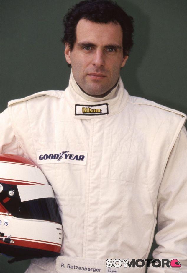 Roland Ratzenberger en sus primeras fotos como piloto de F1, con el mono completamente blanco