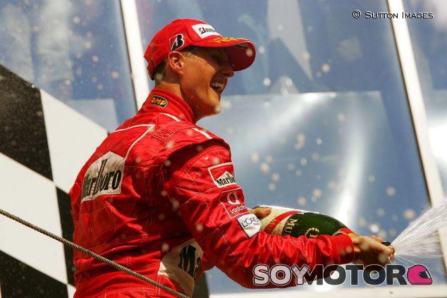 Michael Schumacher en el podio de Hungría 2004 - SoyMotor