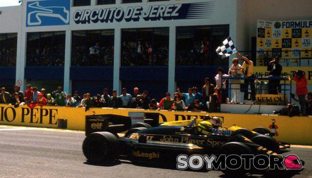 Ayrton Senna y Nigel Mansell cruzan la bandera a cuadros de jerez en 1986