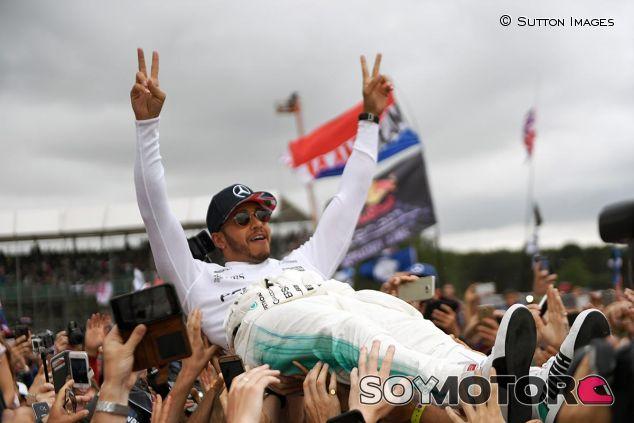 Lewis Hamilton celebra la victoria con los fans - SoyMotor