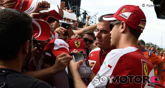 Sebastian Vettel con los tifosi - LaF1