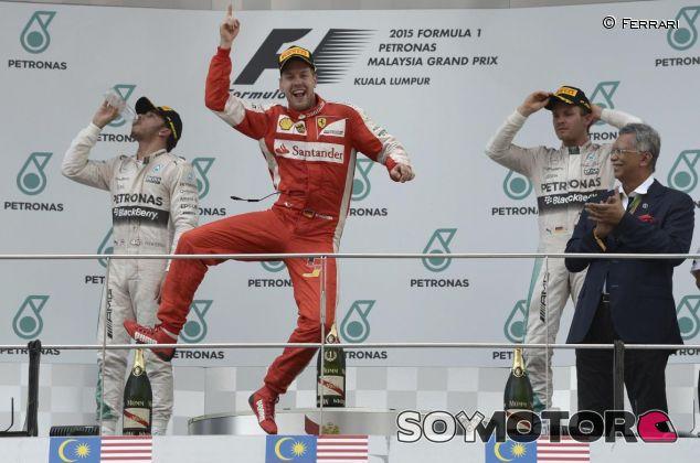 Sebastian Vettel celebrando su triunfo con Ferrari en Sepang - LaF1.es