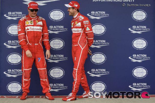 Kimi Räikkönen (izq.) junto a Sebastian Vettel (der.) –SoyMotor.com