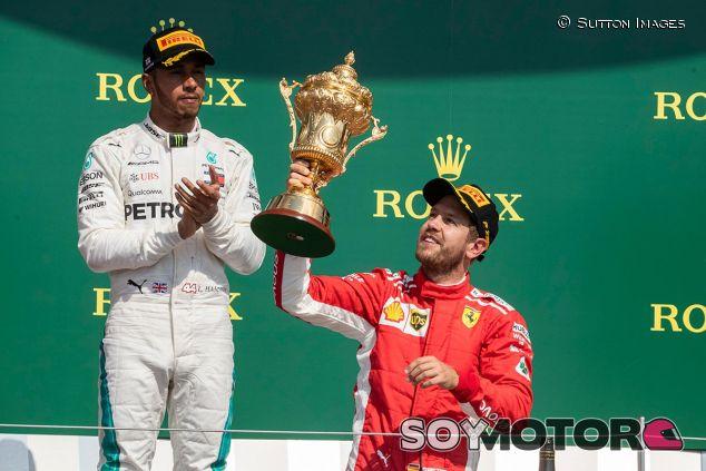 Lewis Hamilton y Sebastian Vettel en el podio de Silverstone - SoyMotor