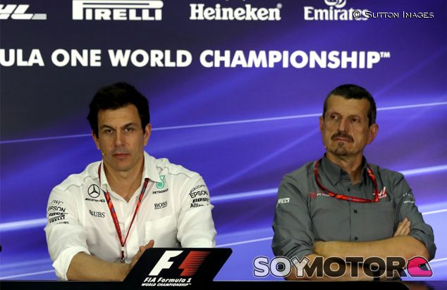 Toto Wolff y Guenther Steiner en Sepang - SoyMotor.com