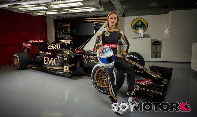 Carmen Jordá ya posa con el Lotus E23 - LaF1