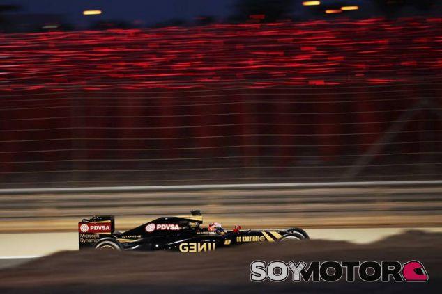 Romain Grosjean con el E23 en Sakhir - LaF1.es