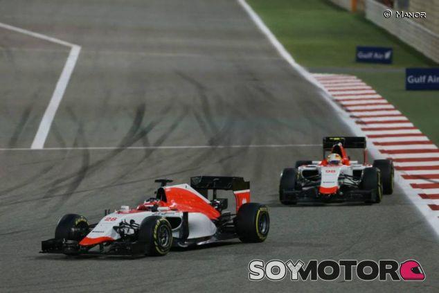 Will Stevens rodando por delante de Roberto Merhi en Baréin - LaF1