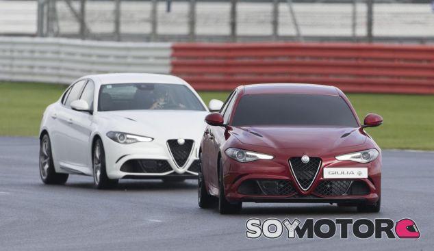 El primer Alfa Romeo Giulia va 'a ciegas' y el segundo hace de guía - SoyMotor