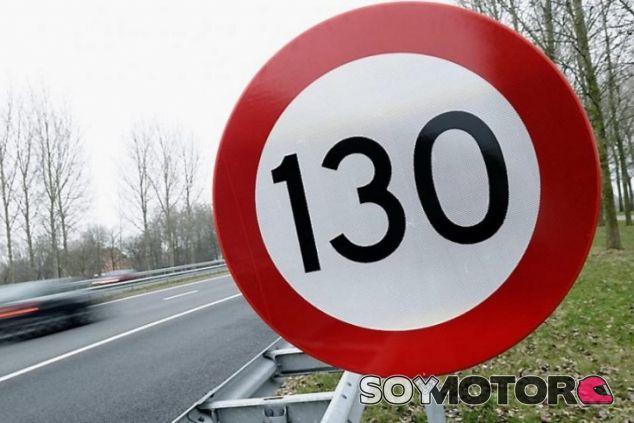La DGT no descarta subir a 130 el límite de velocidad - SoyMotor.com