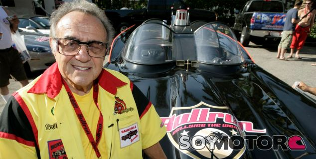 George Barris posa sobre una de las réplicas del Batmóvil - SoyMotor
