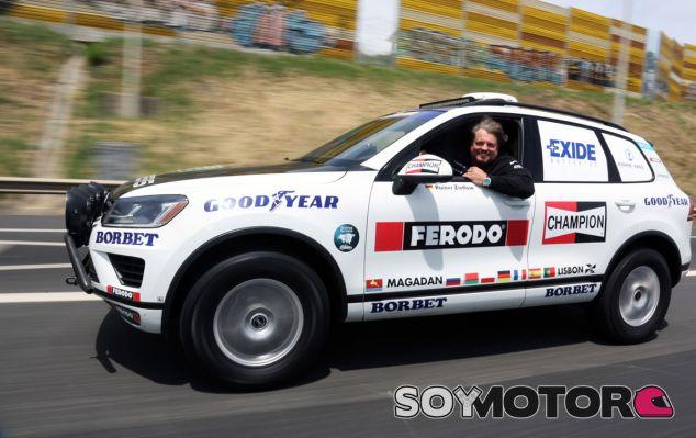 Rainer Zietlow a los mandos del RVolkswagen Touareg V6 TDI que utilizó durante el récord - SoyMotor