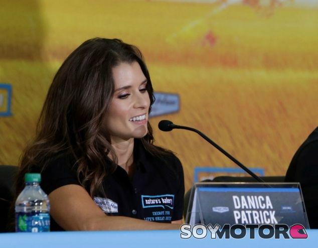 Danica Patrick en la presentación del nuevo coche - LaF1