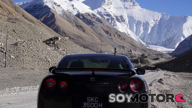 El Nissan GT-R a los pies del Everest, la montaña más alta del mundo - SoyMotor