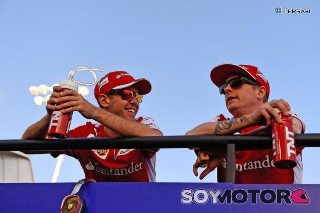 Sebastian Vettel hablando con Kimi Raikkonen - LaF1.es