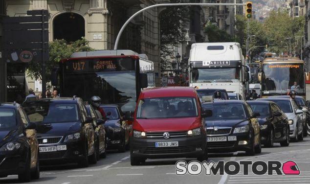 Calle con alta densidad de tráfico en Barcelona - SoyMotor