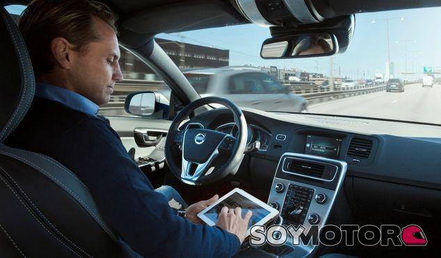Leer la prensa o consultar nuestros correos mientras el coche 'va solo' no está tan lejos - SoyMotor