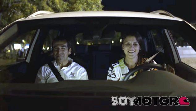 Laia Sanz al volante del Seat ateca. A su diestra, Jordi Gené - SoyMotor