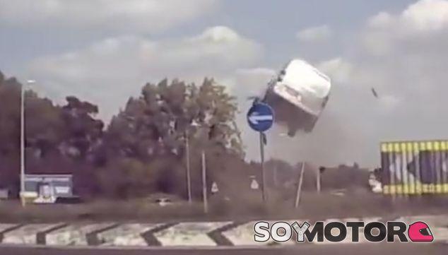 Una furgoneta Citroën sale disparada por los aires - SoyMotor.com