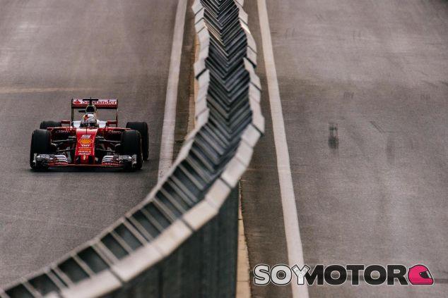 Sebastian Vettel durante la clasificación en Bakú - LaF1