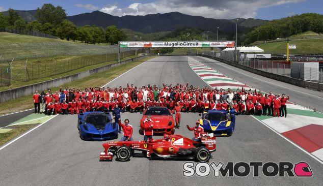 Foto de familia de estas jornadas organizadas por Ferrari - SoyMotor