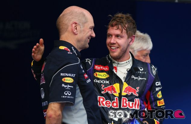 Adrian Newey junto a Sebastian Vettel en una fotografía de archivo de 2013 - LaF1