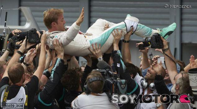Nico Rosberg festeja la victoria con sus mecánicos - LaF1