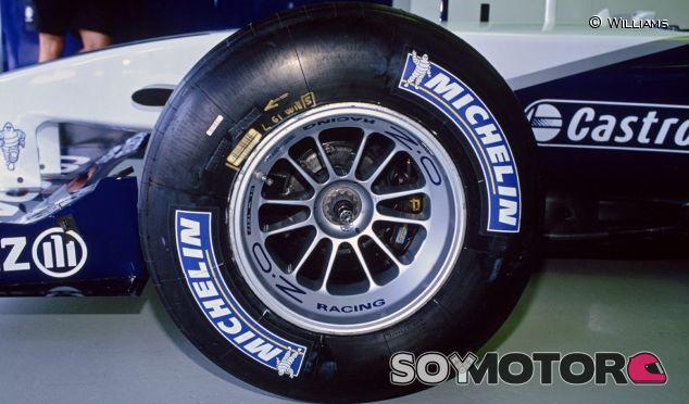 Detalle del neumático Michelin del Williams FW23 de 2001 - LaF1