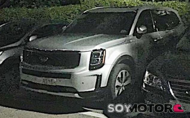 El Kia Telluride aparcado junto a otros vehículos sin camuflaje - SoyMotor