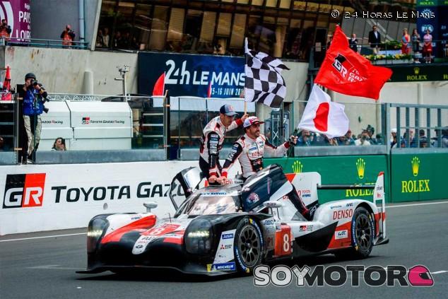 Sébastien Buemi, Fernando Alonso y Kazuki Nakajima celebran su victoria en las 24 Horas de Le Mans 2019 - SoyMotor
