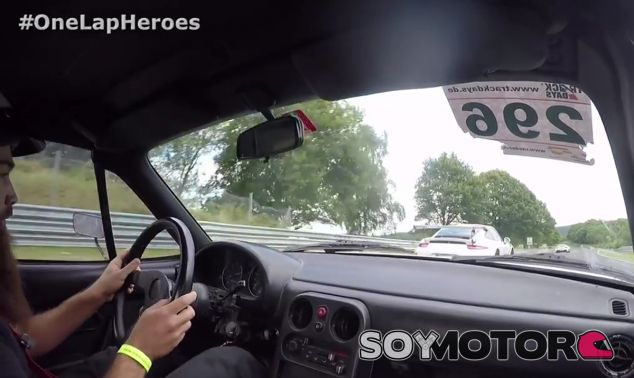 Este peculair Miata exhibe sus prestaciones en plena persecución del Porsche 911 GT3 RS - SoyMotor