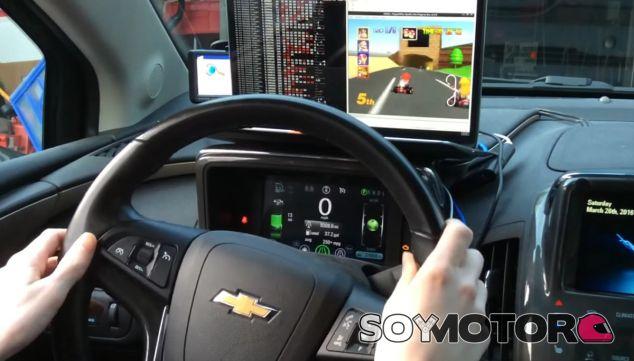 Adam Ringwood gira el volante de su Chevrolet Volt... ¡Y Mario gira su kart! - SoyMotor
