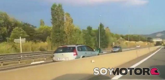 Momento en el que el este conductor 'kamikaze' circula en contra dirección - SoyMotor
