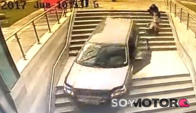 La cámara de seguridad del edificio captó el momento del caos - SoyMotor