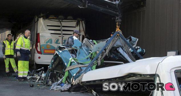 Así quedó el autobús tras ser sesgado por el puente - SoyMotor