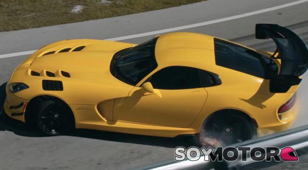 El Dodge Viper ACR luce un impoluto amarillo, color corporativo de Vennzoil - SoyMotor