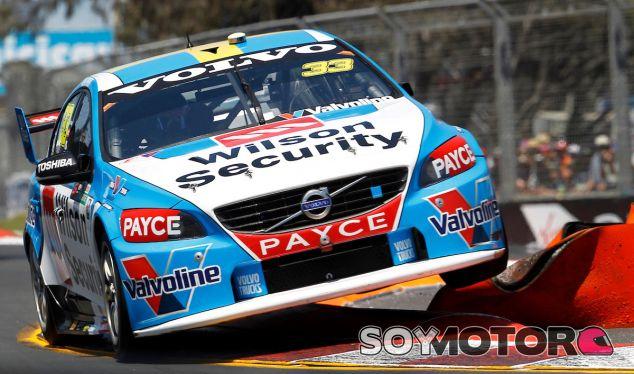 Scott McLaughlin consiguió controlar su Volvo para firmar un gran adelantamiento - SoyMotor