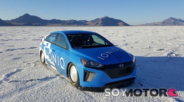 El Hyundai IONIQ posa en mitad del lago salado de Bonneville tras conseguir el récord - SoyMotor