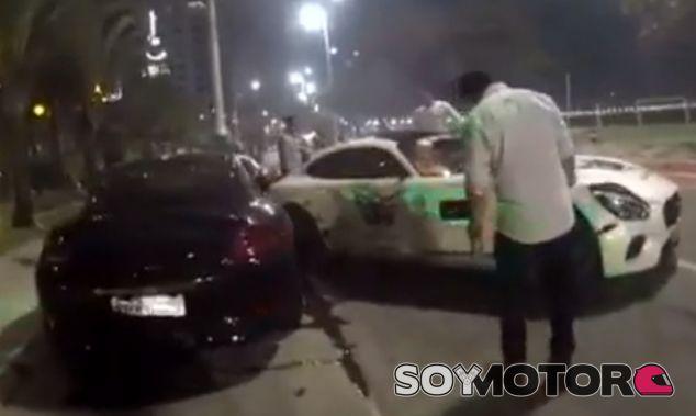 Captura del accidente sufrido por este imprudente conductor de un Mercedes-AMG GT - SoyMotor