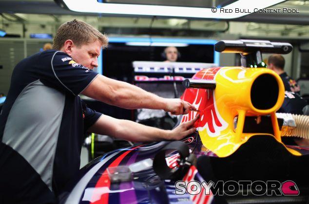 Mecánico de Red Bull trabajando en el RB10 - LaF1