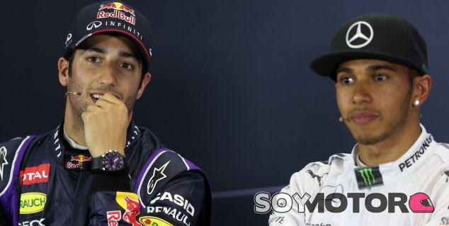 Daniel Ricciardo junto a Lewis Hamilton en la rueda de prensa de hoy de la FIA - LaF1