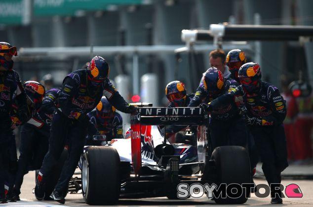 Los mecánicos de Red Bull empujan a Ricciardo después de que una de sus ruedas no quedara bien fijada en su última visita a boxes - LaF1