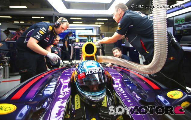 Sebastian Vettel en el box de Red Bull en China - LaF1