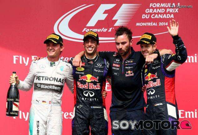 Daniel Ricciardo posa junto a Nico Rosberg y Sebastian Vettel en el podio de Canadá - LaF1
