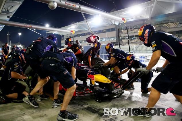 Mecánicos de Red Bull practican los pit-stops en el Pit-Lane de Abu Dabi - LaF1
